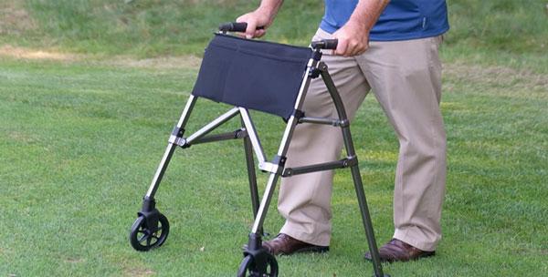 برداشتن فشار از روی مفصل لگن به کمک ابزارهایی مانند عصا و واکر